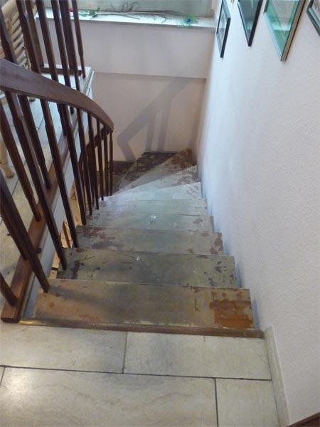 Sie sehen Bilder zu folgendem Artikel: Travertinboden und Holztreppe